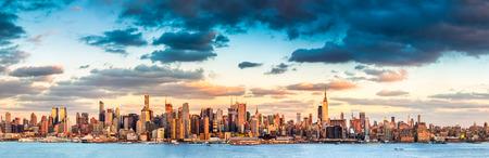 日没前にミッドタウン マンハッタンのスカイラインのパノラマ ビュー 写真素材