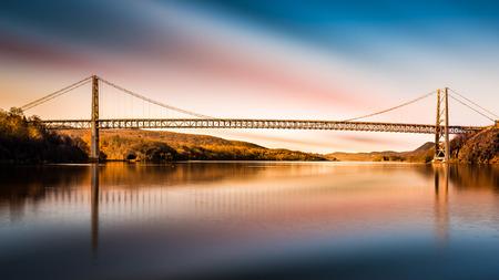 Bären-Gebirgsbrücke nach Sonnenuntergang. Bear Mountain Bridge ist eine Hängebrücke in Maut Bundesstaat New York, tragen US Highways 202 und 6 über den Hudson River Standard-Bild - 39042871