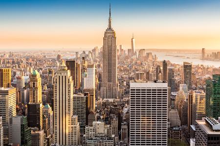 aerial: Vista aérea de la ciudad de Nueva York en una tarde soleada Foto de archivo