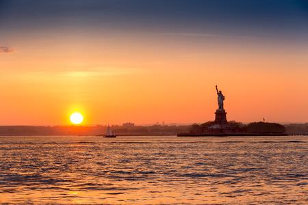 일몰 자유의 여신상은 브루클린 뉴욕에서 본