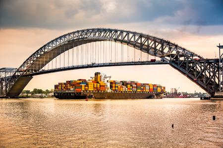 Groot containerschip passeert onder Bayonne Bridge NJ eigen route naar Newark Harbour Stockfoto