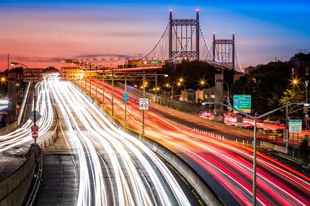 Tráfico de la noche un senderos de luz en I278 cerca RFK aka puente Triboro en Nueva York Foto de archivo