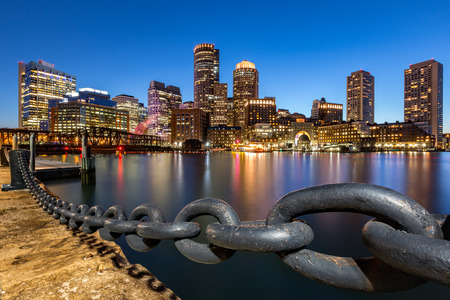 ファン ピア パークから見た夕暮れ時のボストンのスカイライン。