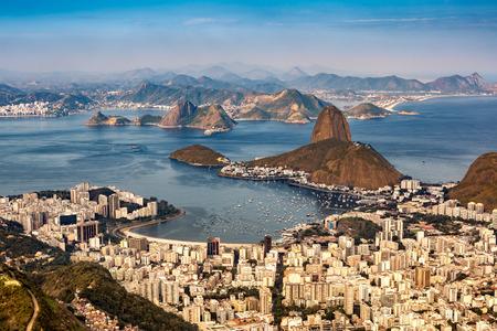 landschap: Spectaculaire luchtfoto uitzicht over Rio de Janeiro, gezien vanaf Corcovado. De beroemde Suikerbroodberg berg steekt de Baai van Guanabara Stockfoto
