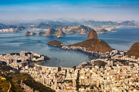 azucar: Vista a�rea espectacular sobre R�o de Janeiro, vista desde Corcovado. La famosa monta�a Pan de Az�car sobresale de la Bah�a de Guanabara
