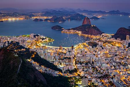 Veduta aerea spettacolare su Rio de Janeiro come visto da Corcovado. La famosa montagna del Pan di Zucchero sporge di Guanabara Bay Archivio Fotografico - 45655987