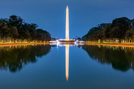 반영 수영장에서 미러링 된 워싱턴 기념비