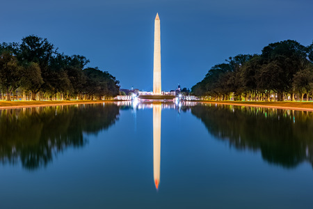 Washington monument, mirrored in the reflecting pool Banque d'images