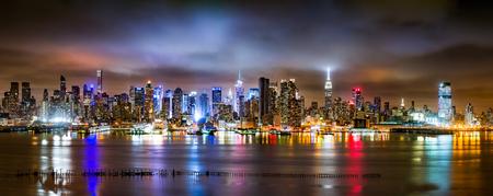nacht: New York City Panorama an einem bewölkten Nacht, als aus New Jersey über den Hudson River angesehen