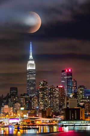 noche y luna: eclipse lunar por encima de la ciudad de Nueva York horizonte