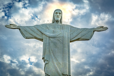 극적인 일몰 하늘 아래 그리스도 구속의 동상입니다. 그리스도 구속 프랑스 조각가 폴 랜다우스키에서 만든 아트 데코 동상 스톡 콘텐츠