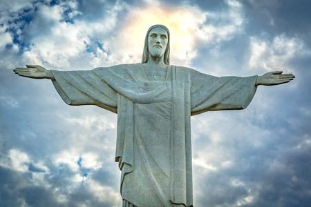 Statua del Cristo Redentore sotto un cielo drammatico tramonto. Cristo Redentore è una statua in stile Art Déco creata dallo scultore francese Paul Landowski Archivio Fotografico - 48494069
