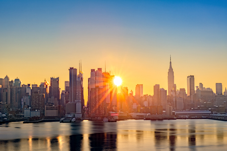 sunrise: Midtown Manhattan Skyline bei Sonnenaufgang, wie von Weehawken gesehen, entlang der 42. Straße Schlucht