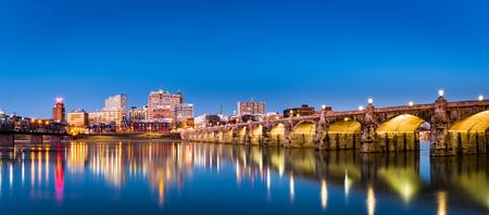 Harrisburg, Pennsylvania skyline met de historische Market Street Bridge weerspiegeld op de Susquehanna rivier in de schemering Stockfoto