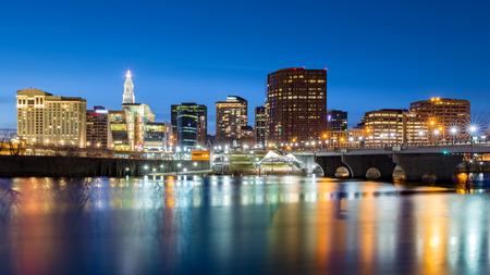 ハートフォードのスカイラインと夕暮れ時に創設者橋。ハートフォード、コネチカット州の首都です。