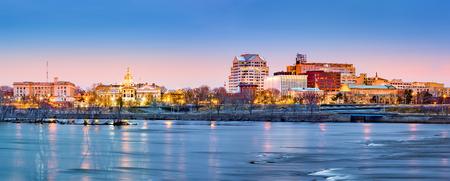 夜明けにトレントンのスカイライン パノラマ。トレントンは、米国ニュージャージー州の首都です。