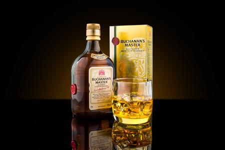 Botella, caja y una copa de Maestro de Buchanan mezclar whisky escocés. Buchanan es una marca de whisky escocés propiedad de Diageo.