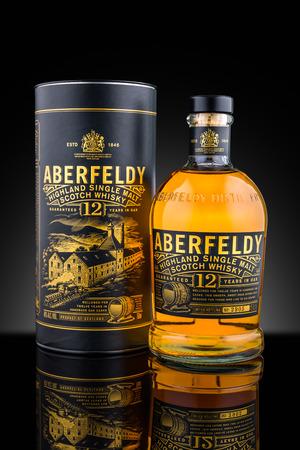 De botella y Aberfeldy caso de whisky de malta de 12 años. Aberfeldy es actualmente propiedad de John Dewar & Sons, una filial del grupo Bacardi
