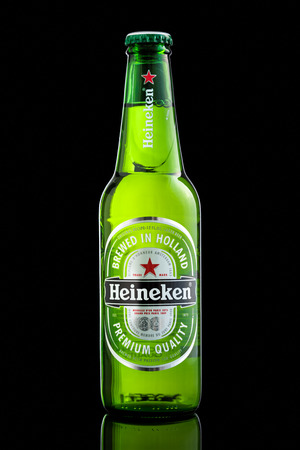pilsener: USA imported Heineken beer bottle. Heineken is a popular Dutch pale lager beer produced by the Dutch brewing company Heineken International. Editorial