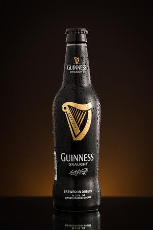 cerveza negra: Foto de la nueva botella de EE.UU. importada de barril Guinness. Guinness es una cerveza negra irlandesa popular y una de las marcas de cerveza de mayor �xito en todo el mundo.