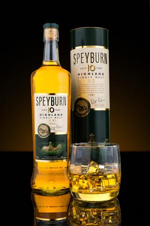 Botella, caja y un vaso de Speyburn whisky de malta escocés. Speyburn 10 años de edad de malta es madurado en una combinación de roble americano ex-bourbon y jerez ex barricas