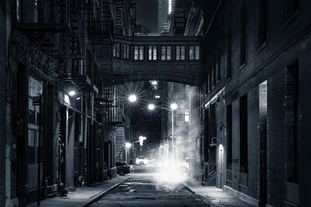 Moody monochromatyczny widok Staple ulicy skybridge nocą w Tribeca w Nowym Jorku