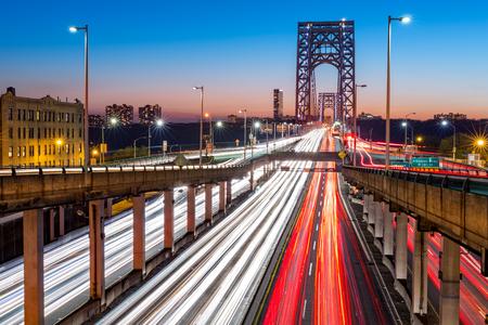 george washington: Hora punta de tráfico con senderos de luz en el puente George Washington, en la ciudad de Nueva York