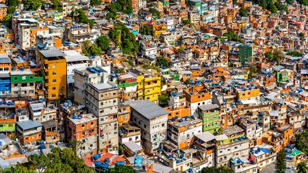 화창한 오후에 리오의 Rocinha favela의 공중보기.