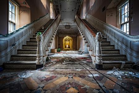 버려진 정신 병원의 대칭 계단이있는 정문 (2015 년 철거)
