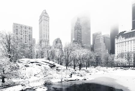 Gapstow Bridge에서에서 본 안개 낀 겨울 아침에 중앙 공원에서 연못. 낮은 구름은 맨해튼 고층 빌딩을 커버