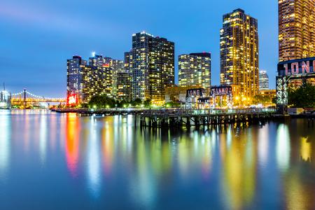 황혼에서 롱 아일랜드 시티 스카이 라인. LIC는 Queens의 NYC 자치구의 서쪽 주거지이자 상업 지구입니다. 스톡 콘텐츠