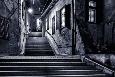 シビウ, ルーマニア, ゴールドスミス通路の不機嫌そうな白黒ビュー 写真素材