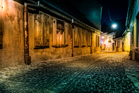 Dark deserted alley by night, in Sibiu, Romania Banco de Imagens
