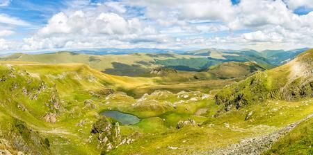 cielo con nubes: Panorama del paisaje con un cielo azul y nubes blancas por encima de las montañas de los Cárpatos en Rumania