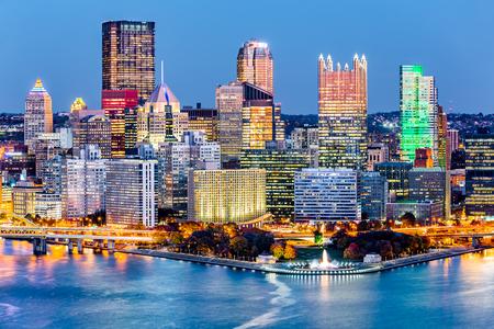 """피츠버그, 펜실베니아 시내 스카이 라인 황혼. Allegheny, Monongahela 및 Ohio 강의 합류점에 위치한 Pittsburgh는 300 개가 넘는 철강 관련 비즈니스를 위해 """"S"""