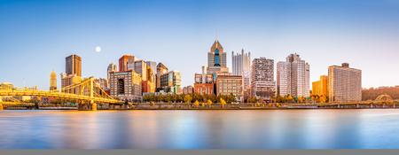 Lange blootstelling van de horizon van de binnenstad van Pittsburgh en de brug van Roberto Clemente, op een zonnige middag, gezien vanaf North Shore Riverfront Park, over de rivier de Allegheny.