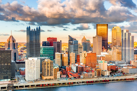 Pittsburgh de stad in onder een warm zonsonderganglicht, dat van Grandview wordt bekeken overziet over Rivier Monongahela
