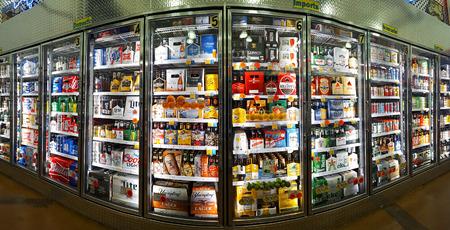 Navata di birra fredda in un negozio di bottiglia King. Bottle King è il più grande rivenditore di New Jersey di vino, birra e liquori. Archivio Fotografico - 73738255