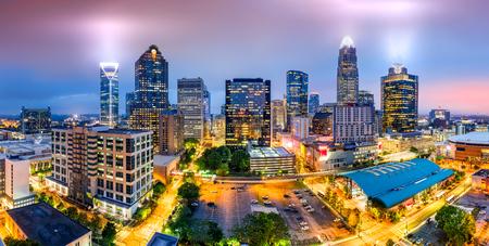 안개가 저녁에 샬 롯, 노스 캐롤라이나 스카이 라인의 공중보기. 샬럿은 노스 캐롤라이나 주에서 가장 큰 도시이자 미국에서 17 번째로 큰 도시입니다