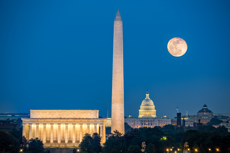上記の 3 つの象徴的なモニュメント supermoon: リンカーン記念館、ワシントン記念塔とバージニア州アーリントンからワシントン DC の国会議事堂の建 写真素材