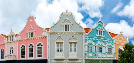 전형적인 네덜란드 식민지 건축과 Oranjestad 시내 파노라마. Oranjestad는 아루바의 수도이자 최대 도시입니다.