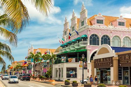 ORANJESTAD, ARUBA - 25 juillet 2017: Lloyd G. Smith Boulevard un jour d'été Cette artère principale de la ville est récemment devenue un important quartier commerçant. Banque d'images - 84458544
