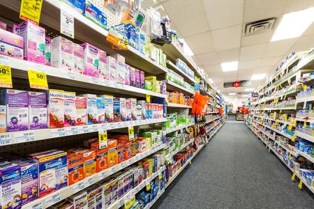 CHATHAM, New Jersey, États-Unis - 31 juillet 2014: Allée dans une pharmacie CVS. CVS est la deuxième plus grande chaîne de pharmacies des États-Unis avec plus de 7 600 magasins et la 13e plus grande entreprise au monde en 2013 Banque d'images - 85376134