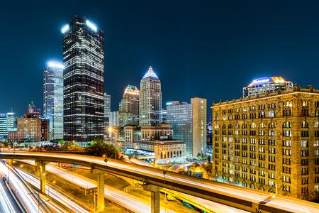 ラッシュアワーの交通渋滞は、ピッツバーグ、ペンシルバニア州のダウンタウンのトレイルします。