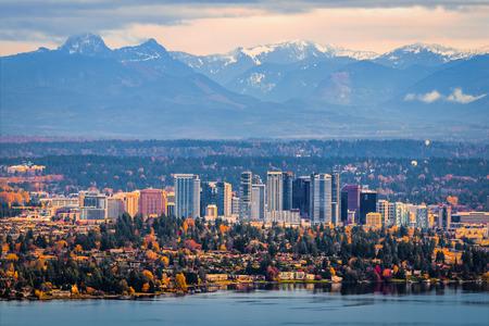 Bellevue Washington. The snowy Alpine Lakes Wilderness mountain peaks rise behind the urban skyline. Standard-Bild