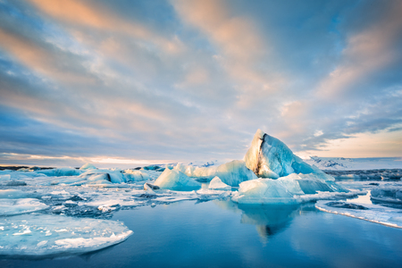 Icebergs float on Jokulsarlon glacier lagoon at sunrise, in Iceland. Banque d'images