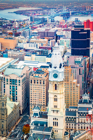 Aerial Philadelphia cityscape with the City Hall tower in the foreground and Ben Franklin bridge spanning Delaware river in the back Banque d'images - 100215872