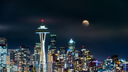 Full moon rises above Seattle skyline, as viewed by night from Kerry Park. Imagens