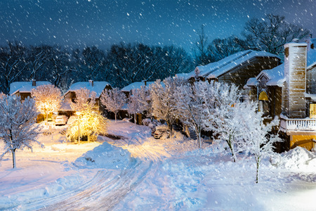 Night snowfall in a New Jersey village with wooden houses. Banque d'images - 100602051