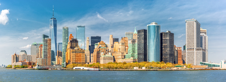 Downtown New York skyline panorama viewed from a boat sailing the Upper Bay Banque d'images - 101859237